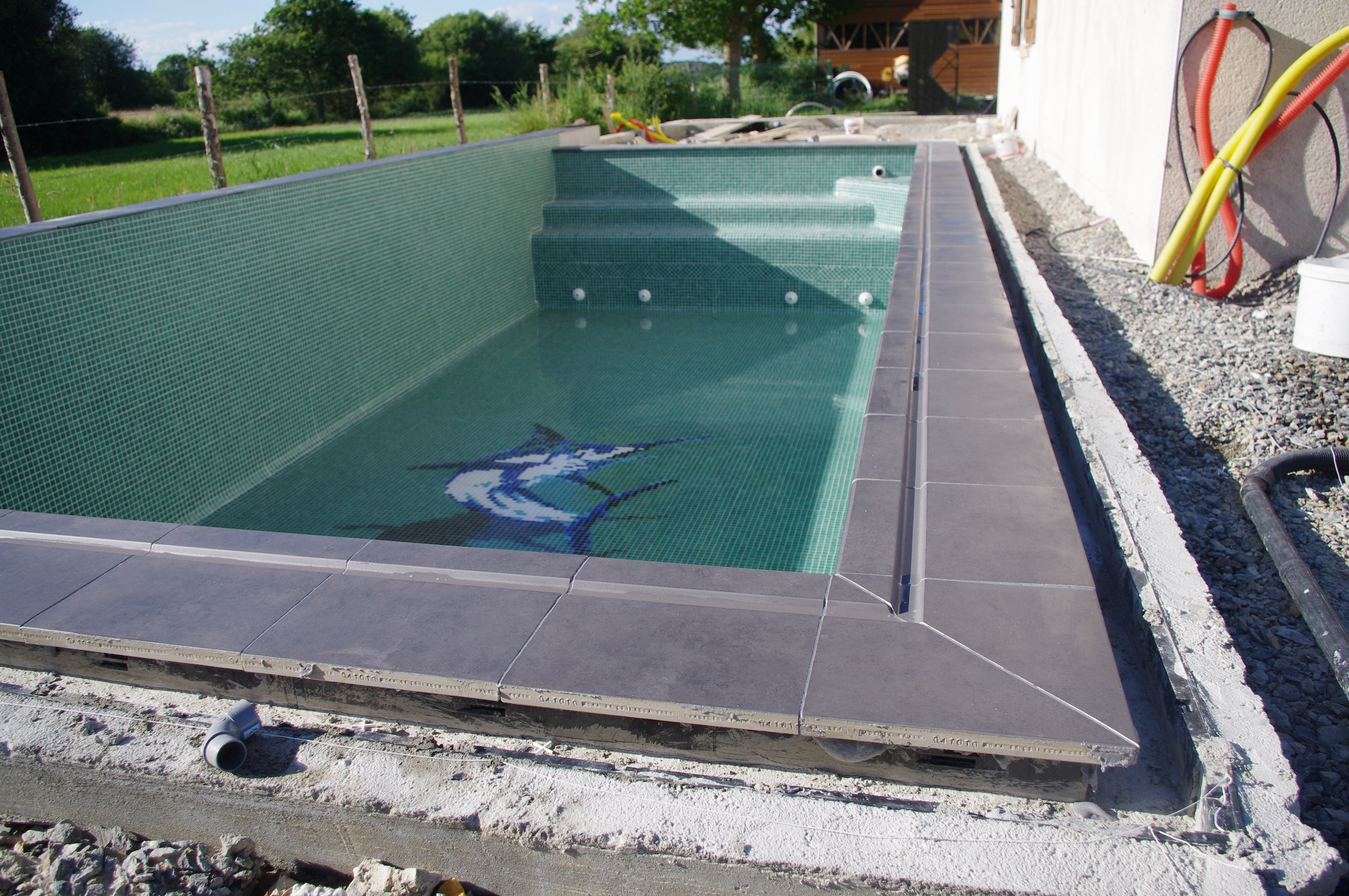 Pose des margelles autoconstructiondunepiscinemiroir for Auto construction piscine
