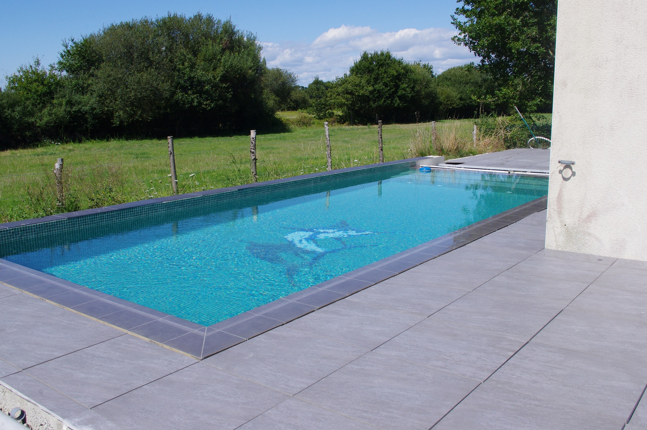 Carrelage design carrelage autour piscine moderne for Carrelage piscine